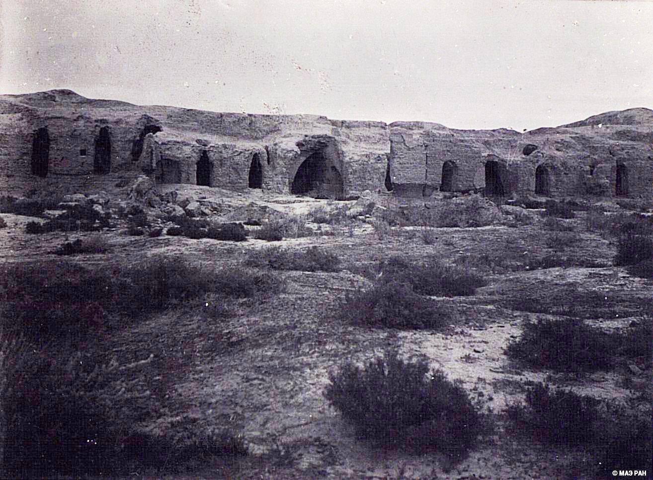 24. Развалины древней столицы Уйгурии Бишбалыка. Северная городская стена с пещерами
