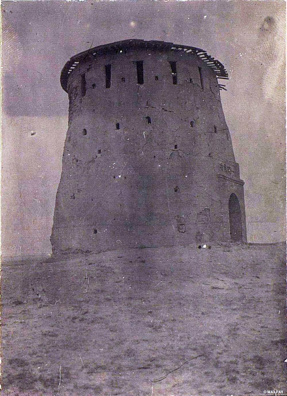 11. Путь от Урумчи до Турфана. Остатки артиллерийской башни около города Урумчи времен усмирения дунганского восстания