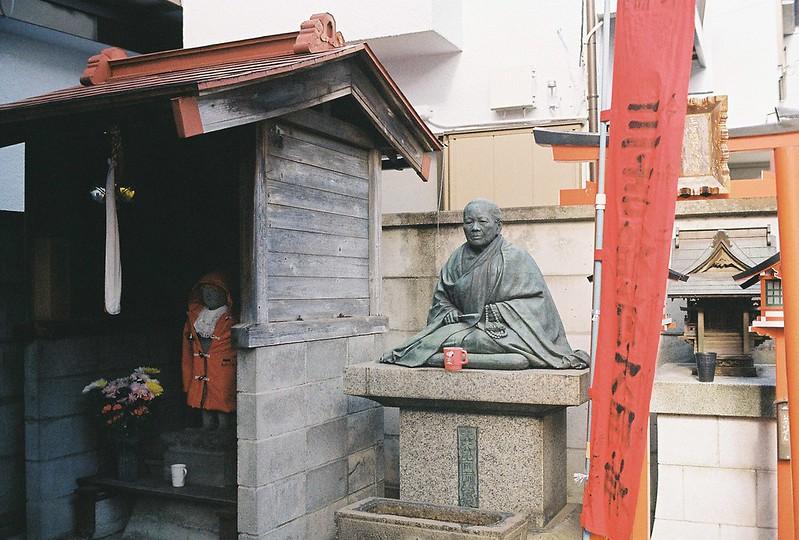 022東京いい道しぶい道西大井のんき通り三吉稲荷大明神の奇妙な老婆の銅像