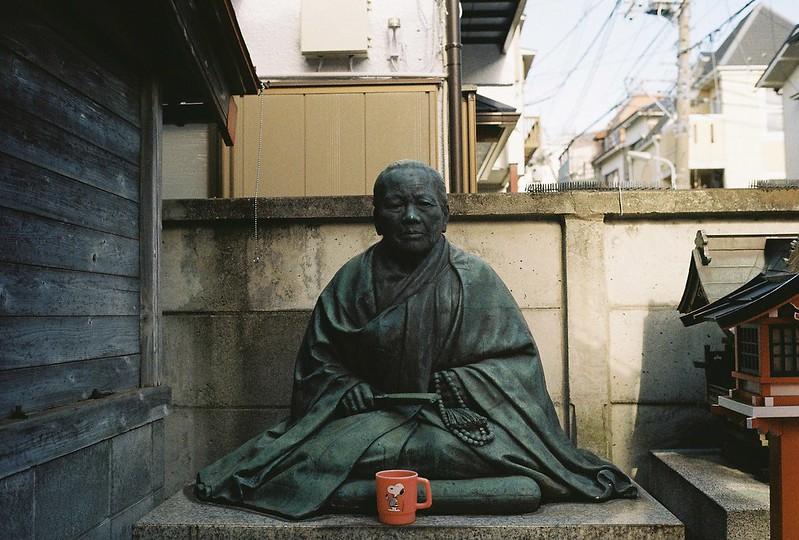 023東京いい道しぶい道西大井のんき通り三吉稲荷大明神奇妙な老婆の銅像