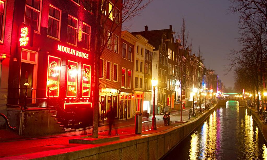 阿姆斯特丹政府近日計畫將紅燈區移至室內。(圖片來源:Alamy Stock Photo)