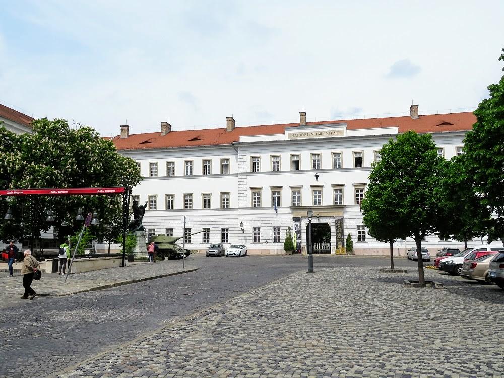 Майский Будапешт. Военно-исторический институт и музей. Экспозиции снаружи
