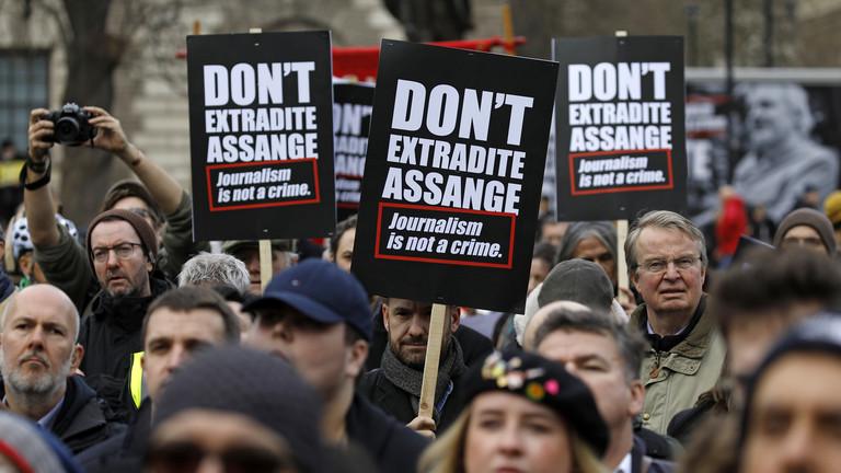 上週末上千人走上倫敦街頭聲援阿桑奇。(圖片來源:Tolga Akmen / AFP)