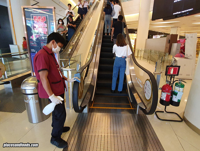 bangkok siam paragon cleaning escalator