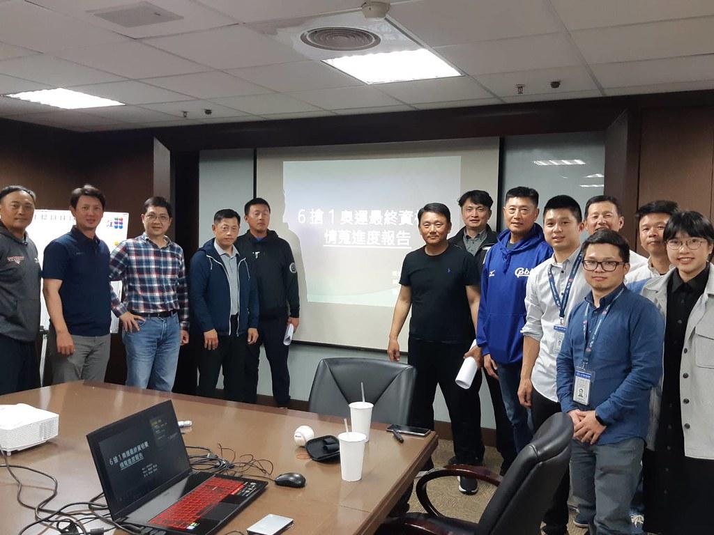 6搶1情蒐小組與中華隊教練團開會。(中華職棒提供)