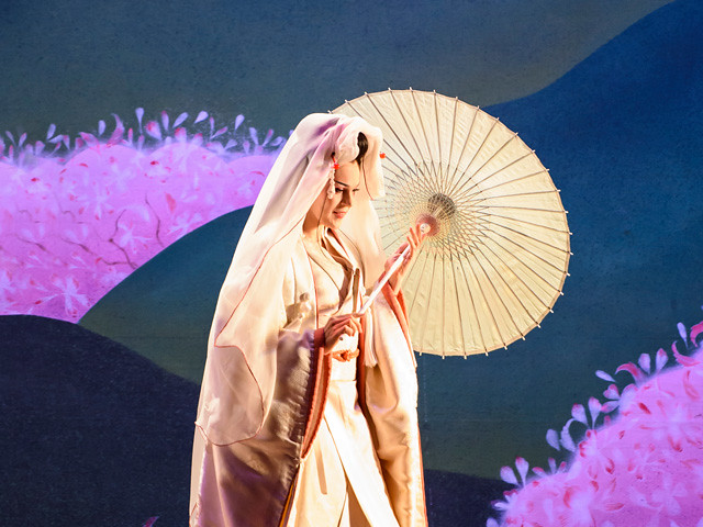 Striking Japanese-inspired imagery in Madama Butterfly