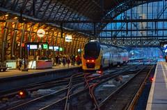 Amsterdam : En gare centrale, toute les voies ne sont pas dot�es de quai pour faciliter les man?uvres. (10.02.2018)