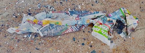 ... Zeitung am Strand von Glowe ...