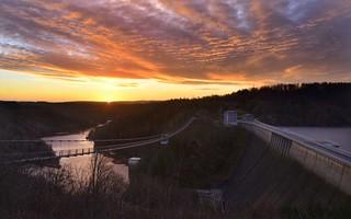 Sonnenaufgang an der Seilhängebrücke Titan RT