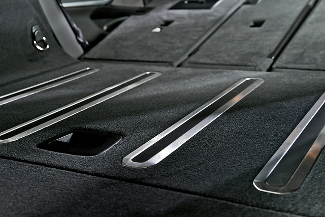 [新聞照片三] 行李廂底部首次搭載「後廂底板自動止滑功能」,底板上的防滑滑軌在車輛啟動時會自動微幅升起,減少後廂行李在旅途中滑動的狀況