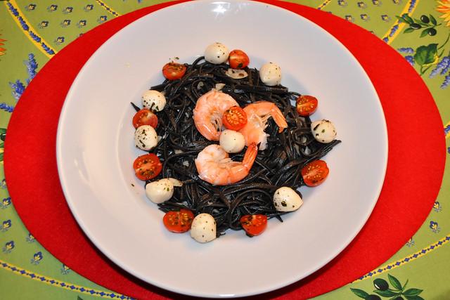Februar 2020 ... Schwarze Tagliatelle, bunt angerichet mit Tomaten, Mozzarella und Garnelen - mit und ohne Käse köstlich ... Foto: Brigitte Stolle
