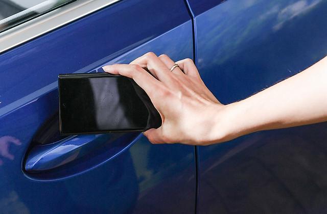 [新聞照片十] 全車型標準配備的手機數位鑰匙功能使上鎖、解鎖、發動車輛皆不再需要傳統鑰匙