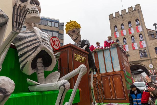 Brexit-Persiflage: Boris Johnson als Skelett am Rednerpult im Britischen Unterhaus auf Mottowagen beim Rosenmontagszug in Köln