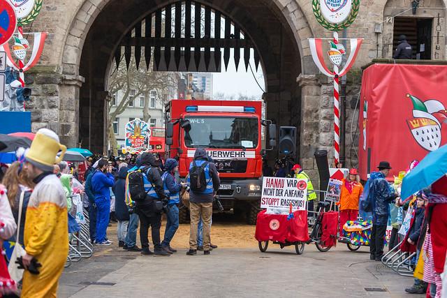 Feuerwehrauto fährt durch das Severinstor während des Rosenmontagszugs in Köln