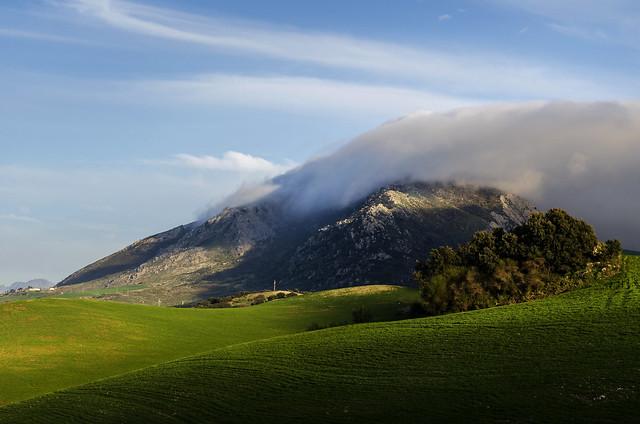Nubes orográficas sobre la Sierra de las Cabras. Antequera (Málaga)