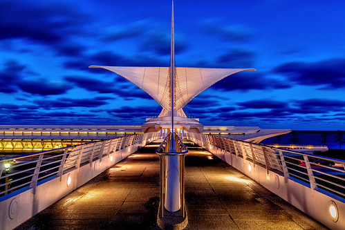 night 2014 bluehour sunset burkebrisesoleil wisconsin sky architecture milwaukeeartmuseum milwaukee skyline december clouds unitedstates