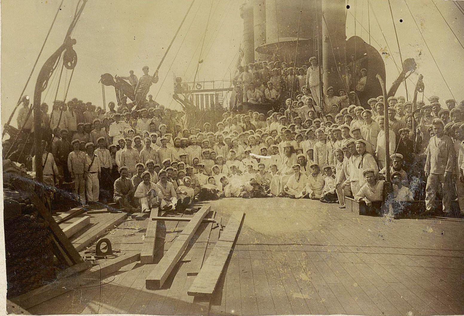 13. Моряки на палубе корабля