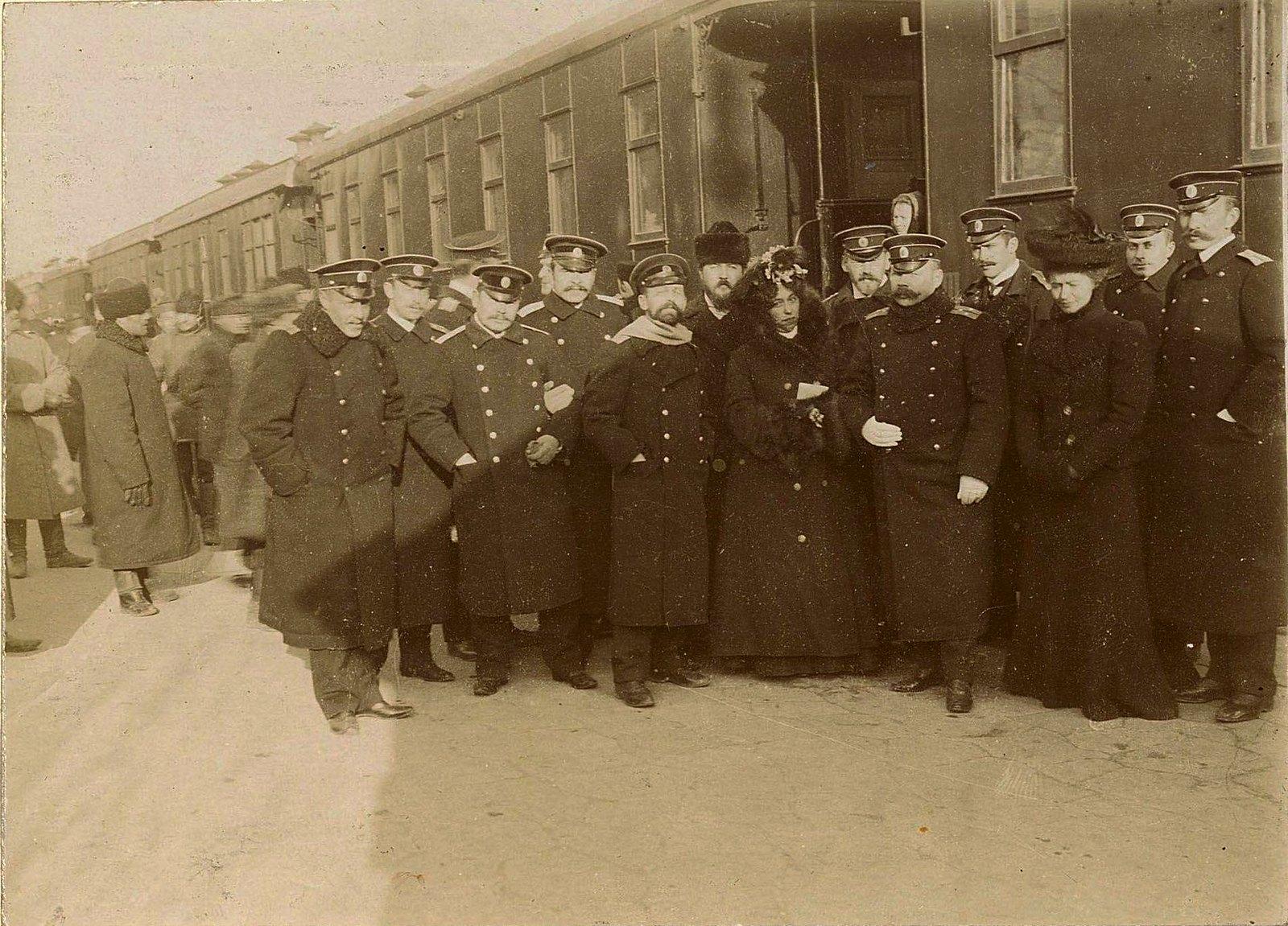 04. Военные с двумя женщинами на перроне у поезда