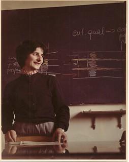 Adriana mentre tiene una lezione ad Arcetri negli anni '50 del Novecento. (© Vanna Bartoli)