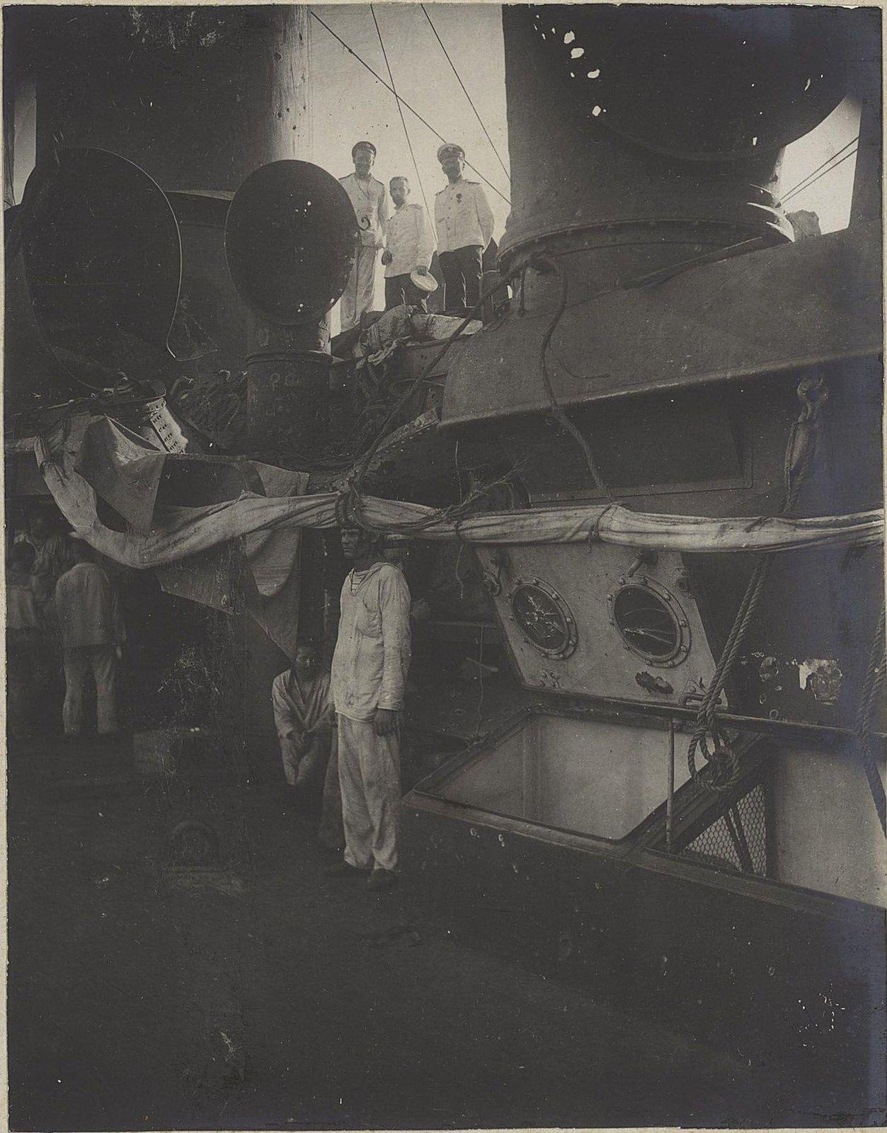 16. Моряки под мачтами корабля