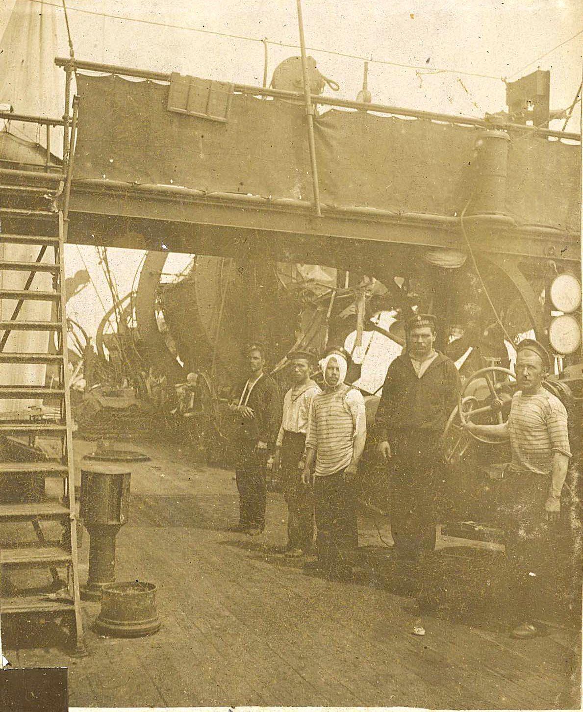 15. Моряки на палубе корабля