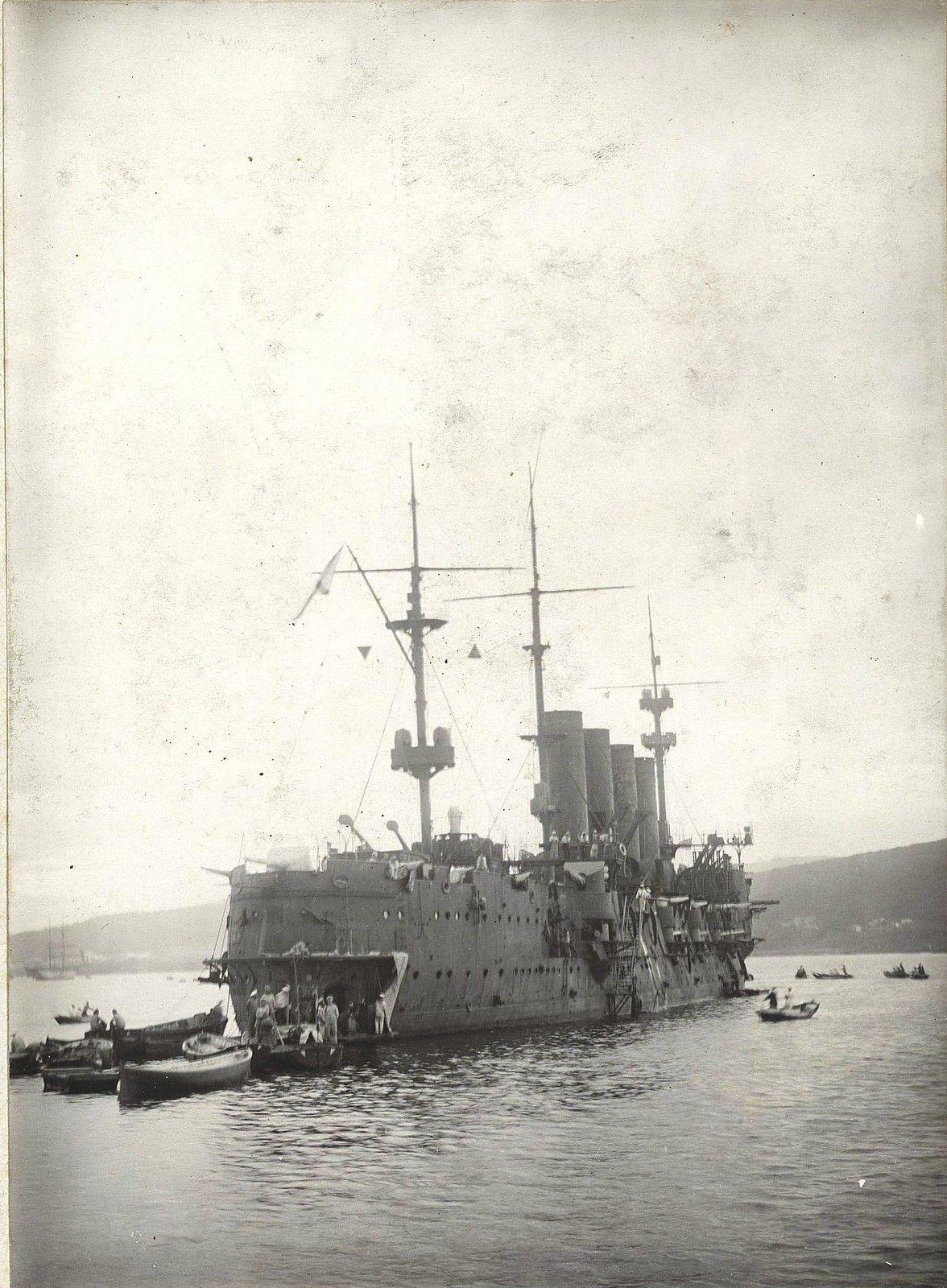 11Крейсер и лодки около него