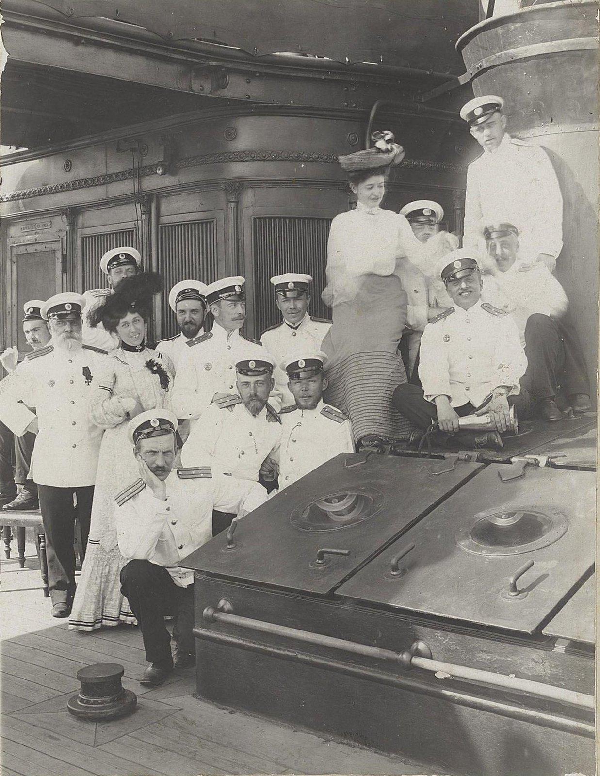 06. Морские офицеры с двумя женщинами