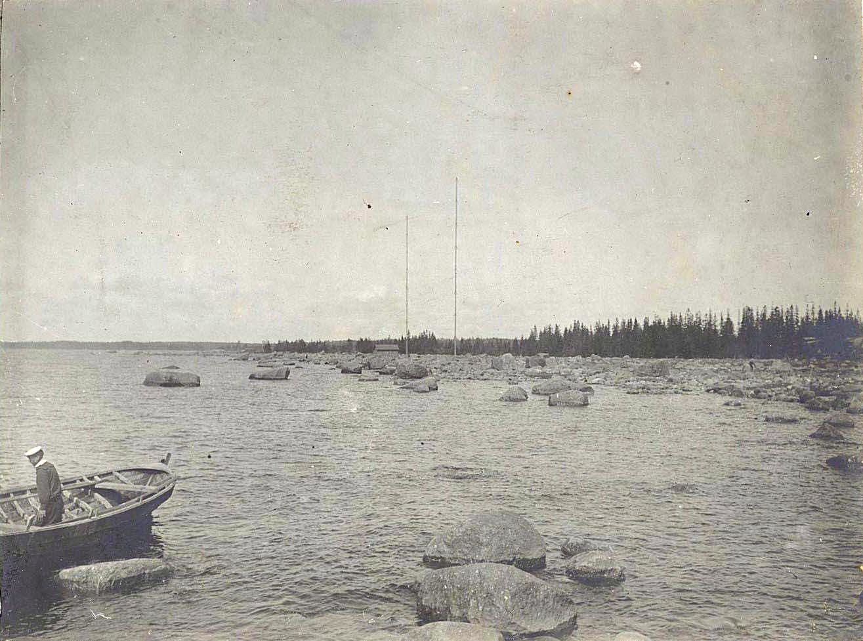 12. Матрос в лодке у каменистого берега