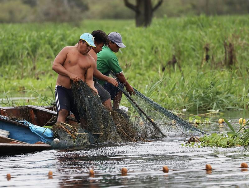Fisherman near Iquitos_Cornell Amazon Cruise_Ascanio_DZ3A6637