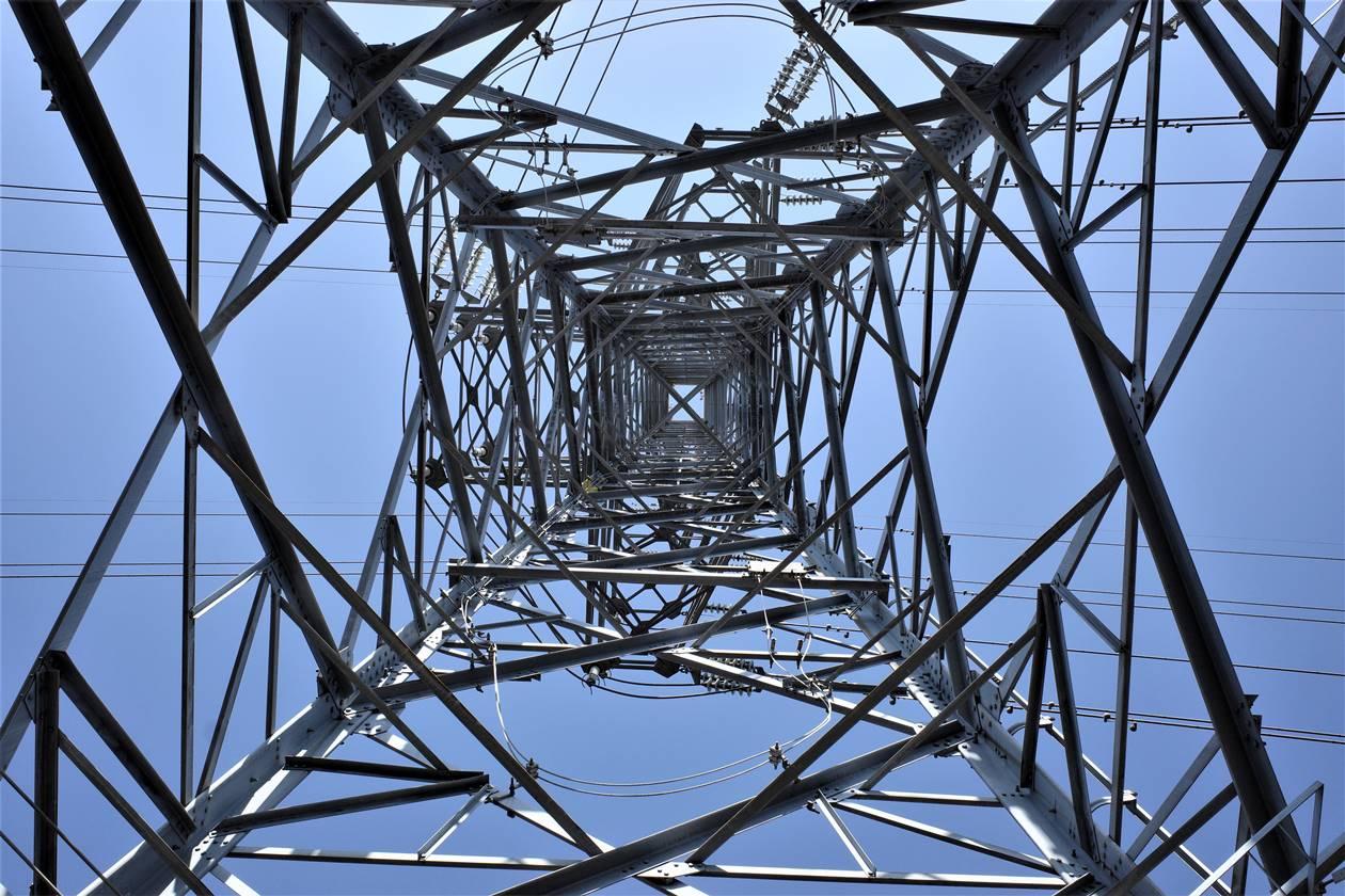 鉄塔を下から撮る