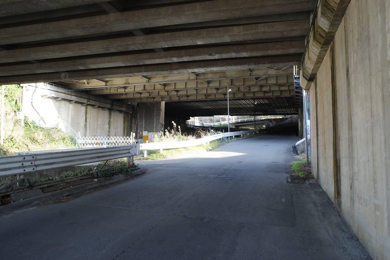 東名高速道路高架下