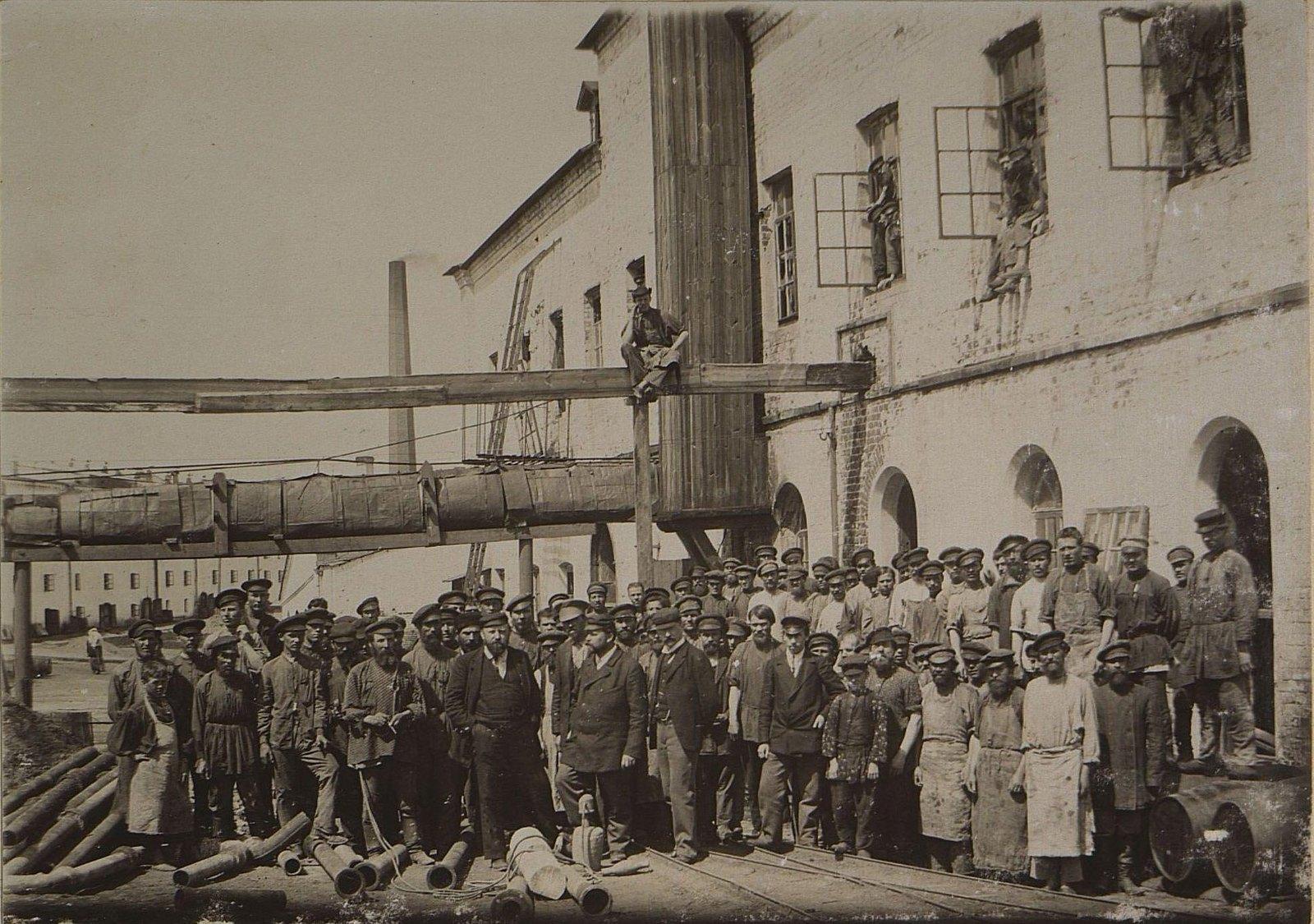 42. Рабочие и служащие на территории завода