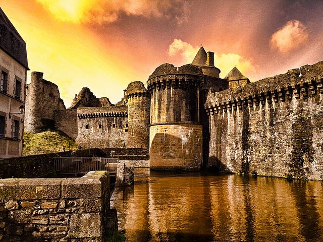 Fougères, le château et les douves.