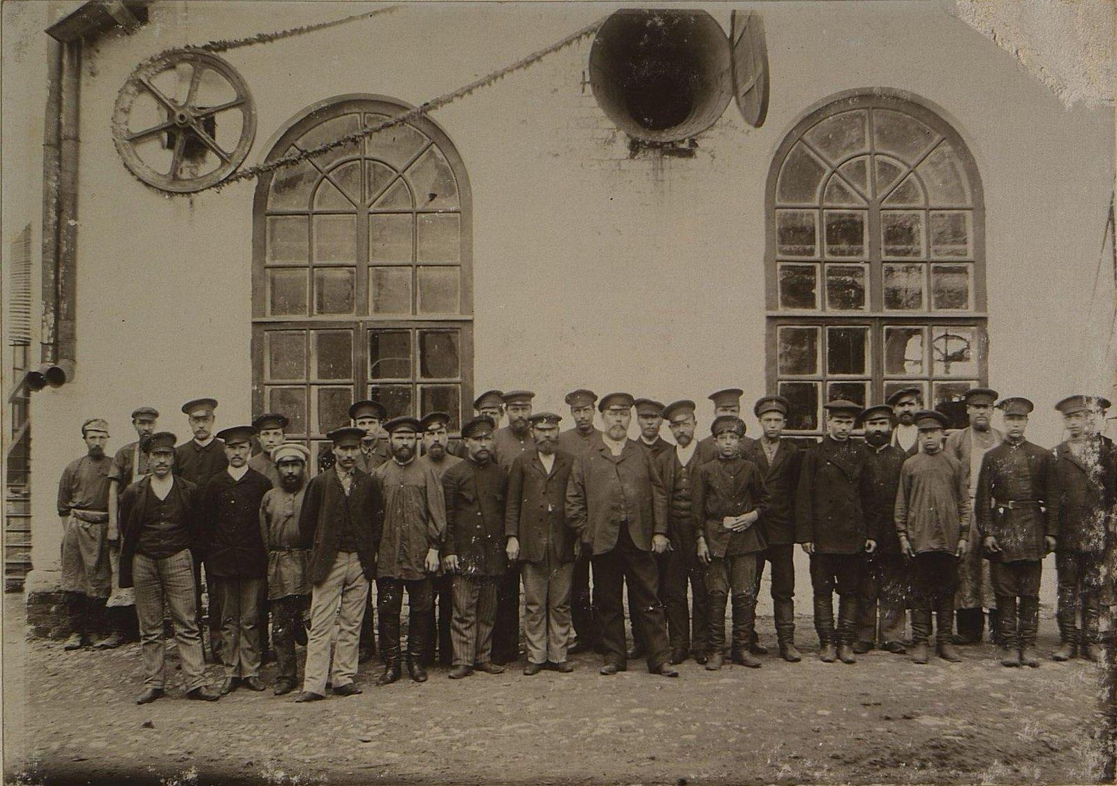 15. Рабочие и служащие на территории завода