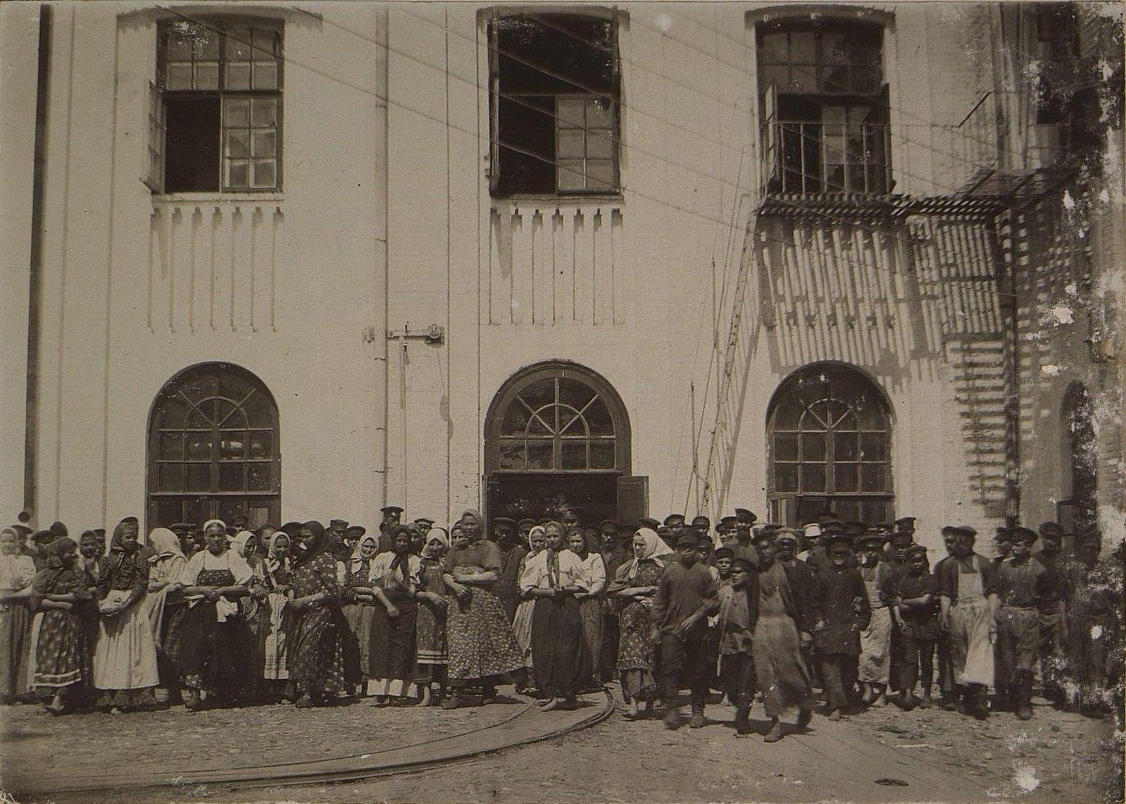 03. Рабочие и служащие во дворе фабрики