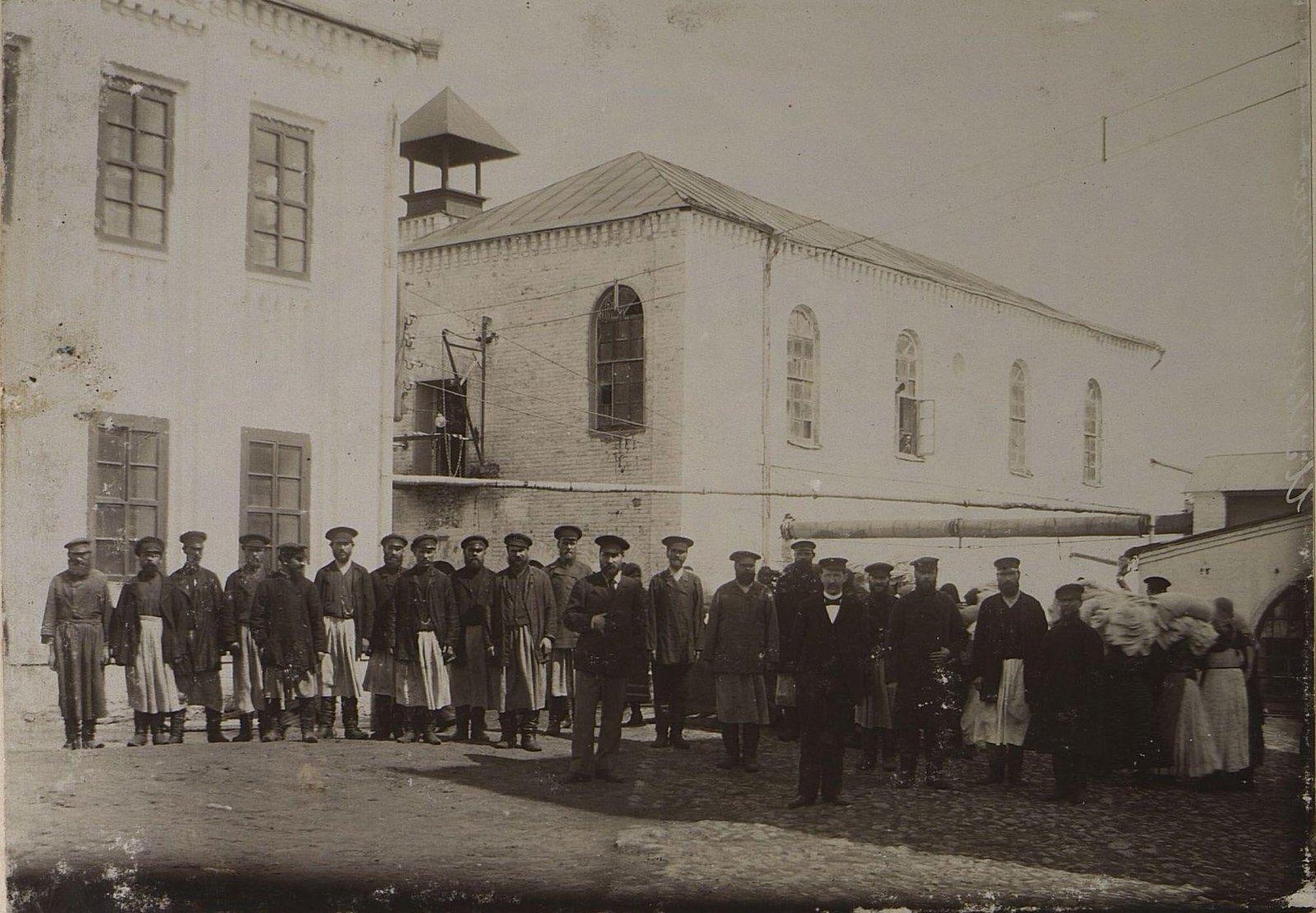 02. Рабочие и служащие на территории завода