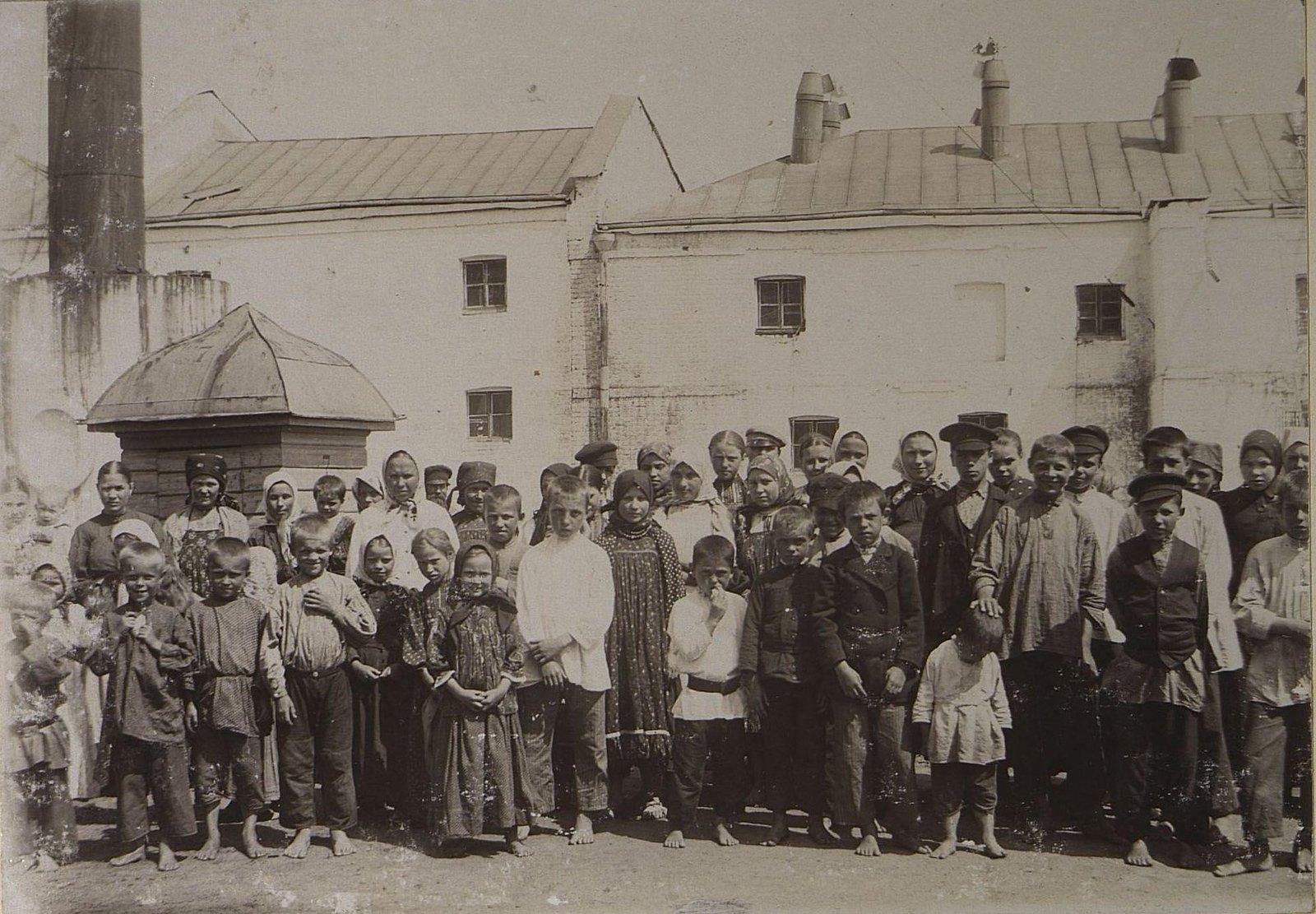 28. Дети рабочих фабрики