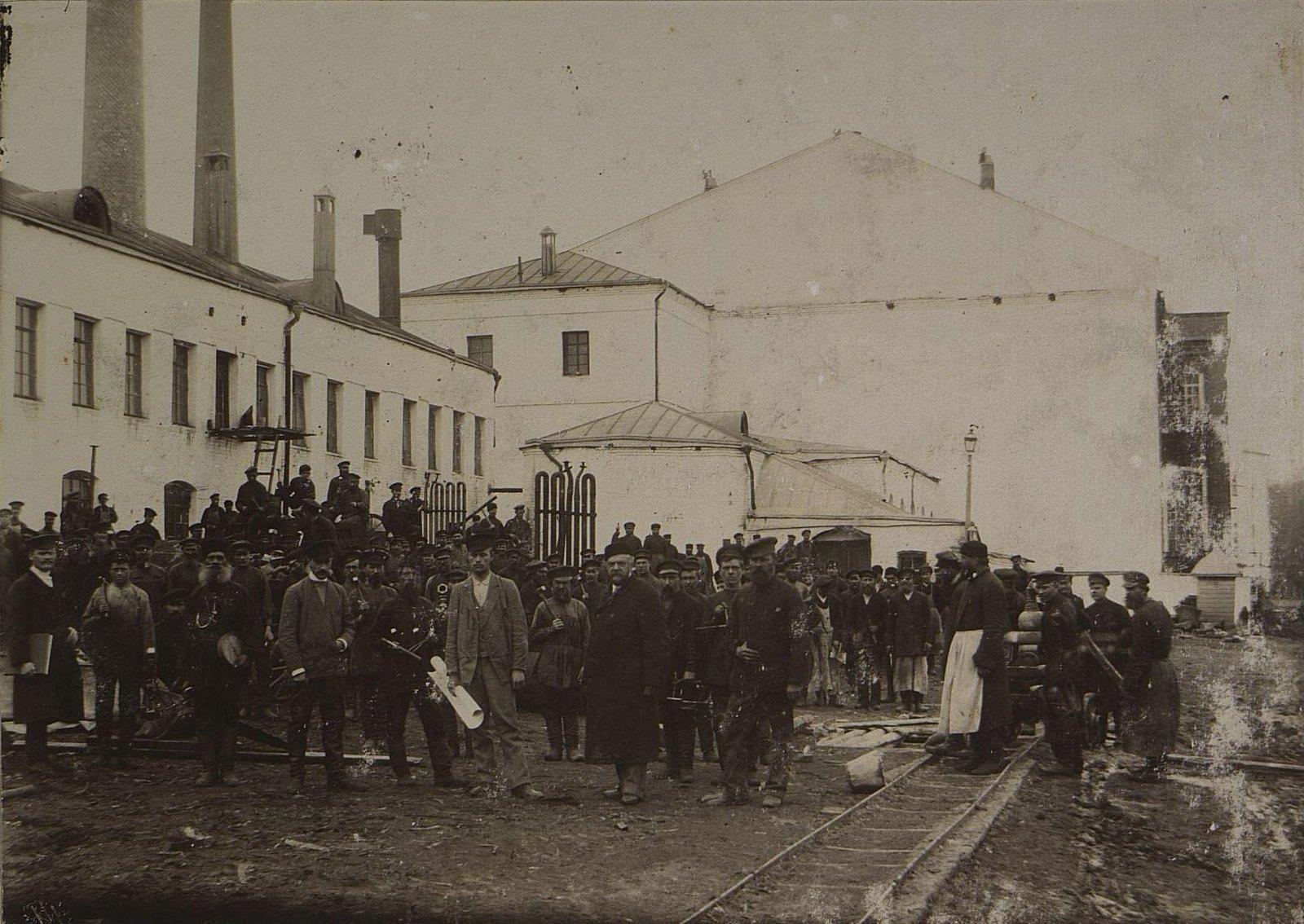 04. Рабочие и служащие на территории завода