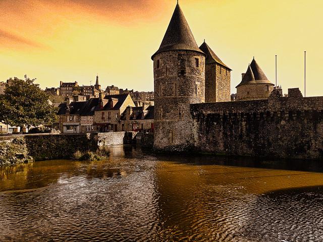 Le château de Fougères et les douves.