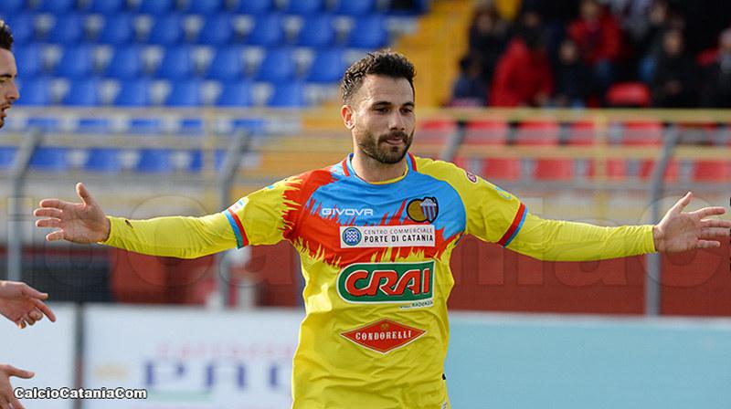 Alessio Curcio con la maglia (da trasferta) del Catania durante la scorsa stagione