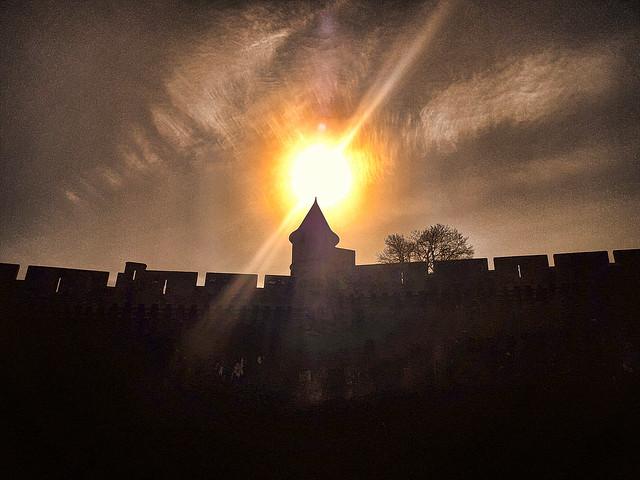 Contre-jour sur le château de Fougères.
