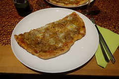 Thunfisch-Zwiebel-Pizza (meine Hälfte)
