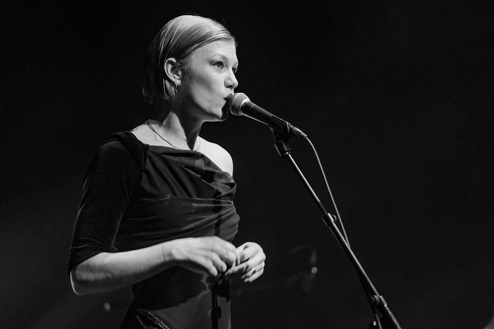 Trixie Whitley @ Roma 02-20--08