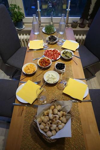 Pizzabrötchen zu mediterranen Leckereien (Tischbild)