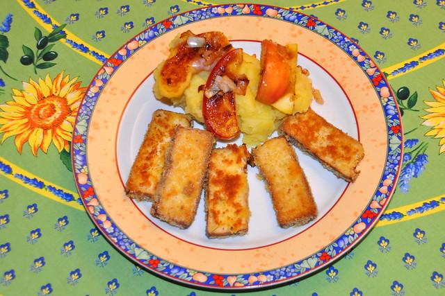 Februar 2020. Kartoffel-Erdkohlrabi-Stampf mit paniertem und gebratenem Räuchertofu und goldgelben Apfelstückchen ... Foto: Brigitte Stolle