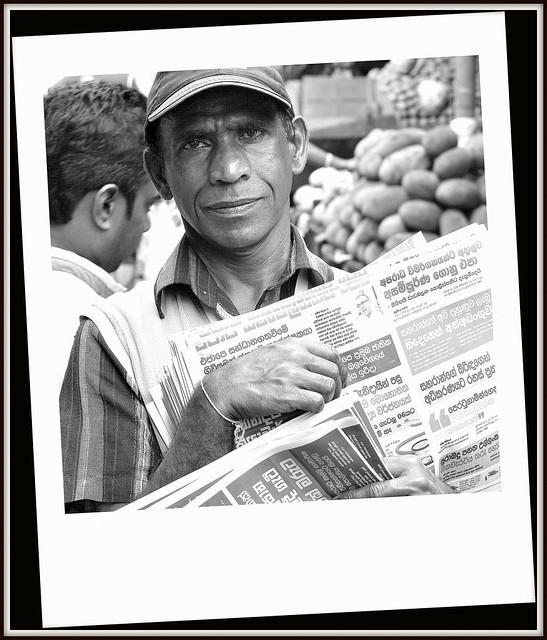 Marchand de journaux au Marché de Kandy au Sri Lanka