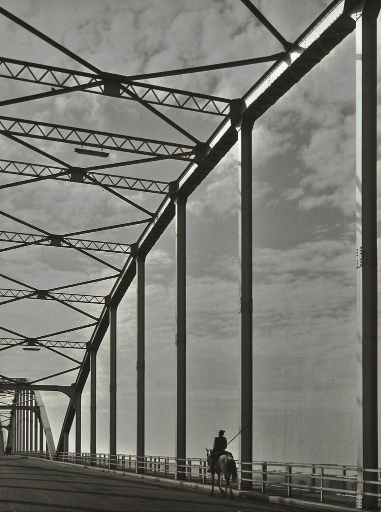 Campino na ponte Marechal Carmona, sobre o rio Tejo (Helena Corrêa de Barros (1950-60)