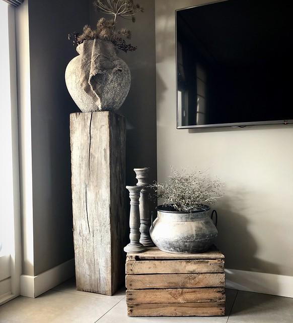 Kruik op zuil houten kistje kandelaars