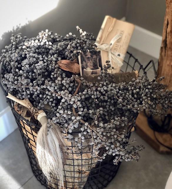 Draadmand met dadeltak decoratiekwast boomschors