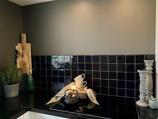 Zwarte tegels landelijke keuken